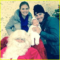 stephen-amell-cassandra-jean-holiday-photo-with-mavi
